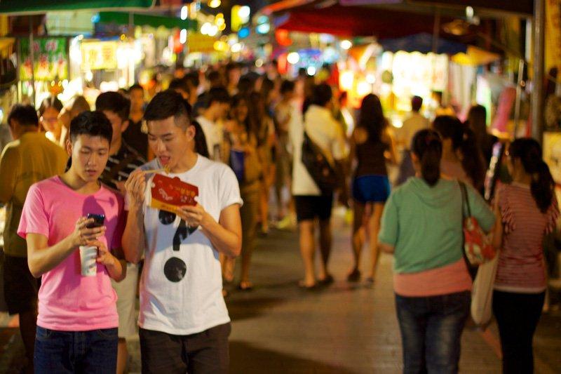 台灣夜市邊走邊吃早已是常態,卻是老外心之所嚮的有趣文化體驗。(圖/McKay Savage@Flickr)