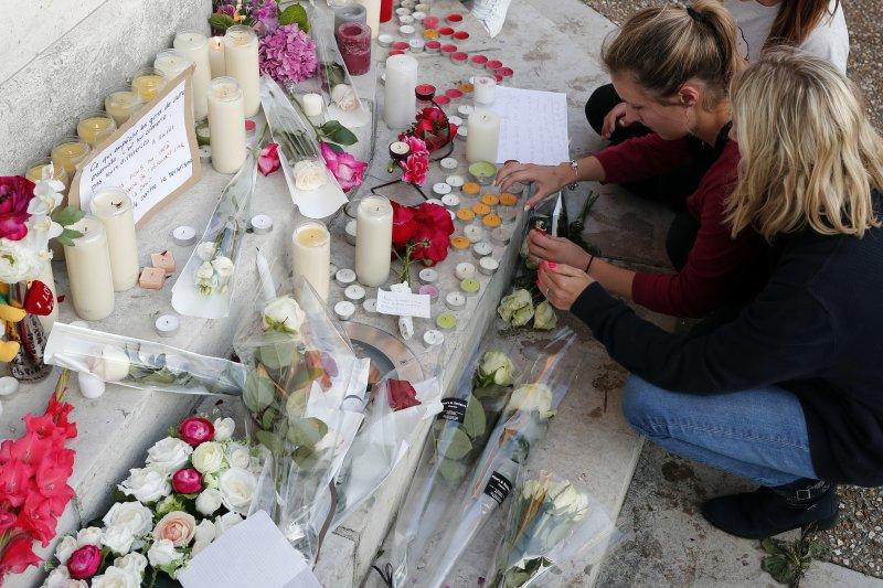 86歲神父哈默爾在法國聖艾蒂安迪魯夫賴(Saint-Etienne-du-Rouvray)教堂挾持案中慘遭殺害,當地民眾在教堂外放置花束與蠟燭悼念。(美聯社)