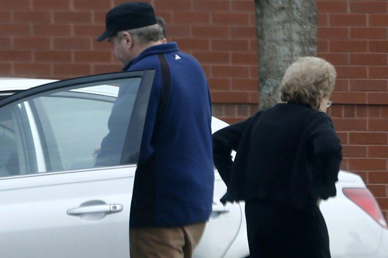 1981年刺殺雷根總統的兇手約翰.辛克萊二世(John Hinckley Jr.)與母親,攝於2015年(美聯社)