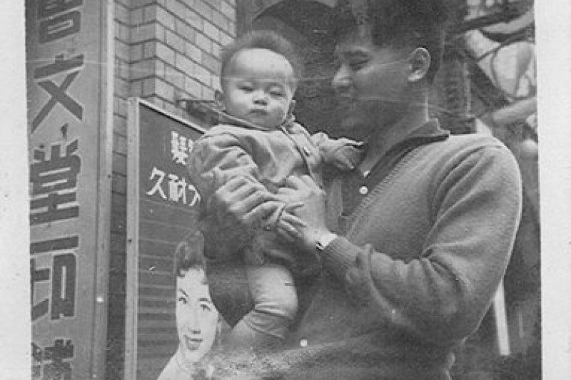 台北市長柯文哲為宣導防制酒駕,今(28)日下午於臉書中po出兒時與父親的合照。(圖片取自柯文哲臉書)