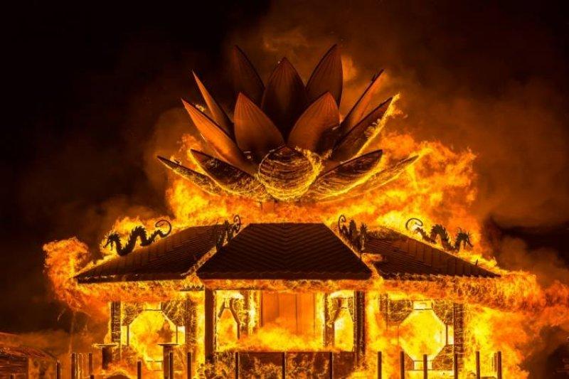 蕭青陽在火人祭中的作品,蓮花媽祖廟。(圖/蕭青陽工作室提供)