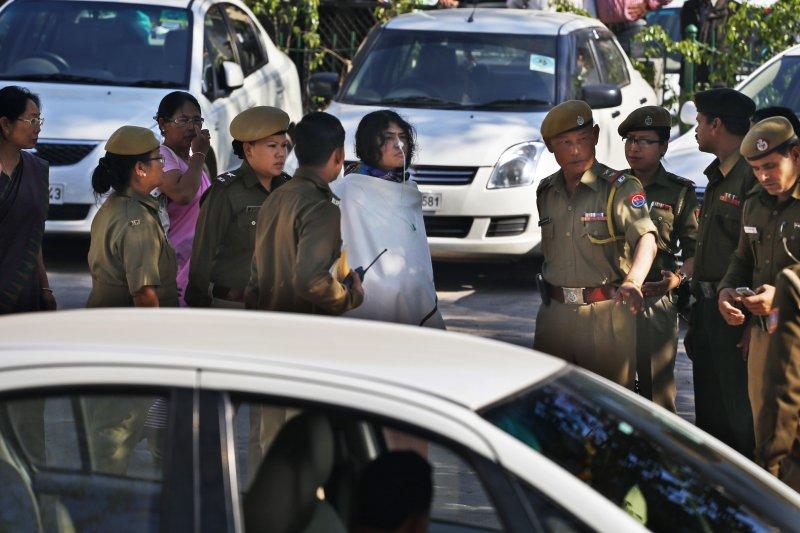 莎米拉在警察的護衛下被帶往法庭。(美聯社)