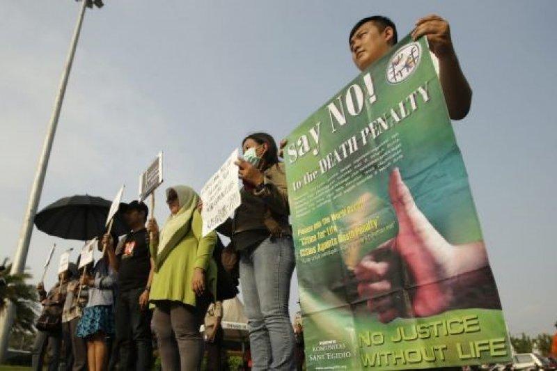印尼民眾在總統府前抗議,呼籲廢除死刑。(美聯社)