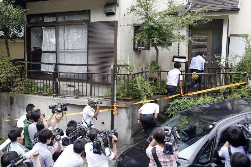 警方進入「津久井山百合園」屠殺案兇嫌植松聖的住處時,日本媒體在門外拍攝。(美聯社)