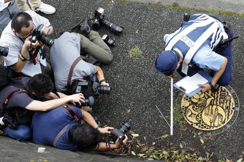警方正在「津久井山百合園」附近蒐證。(美聯社)