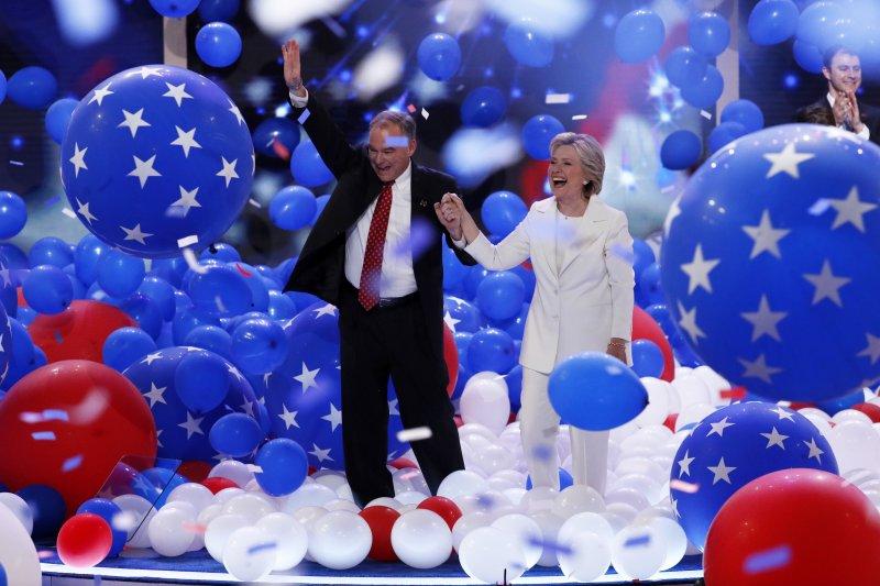 民主黨總統候選人希拉蕊.柯林頓(Hillary Clinton,右)與副總統候選人凱因(Tim Kaine)(美聯社)