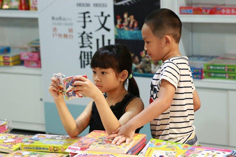 105年全國巡迴書展桃園場兒童繪本書區 (1).jpg