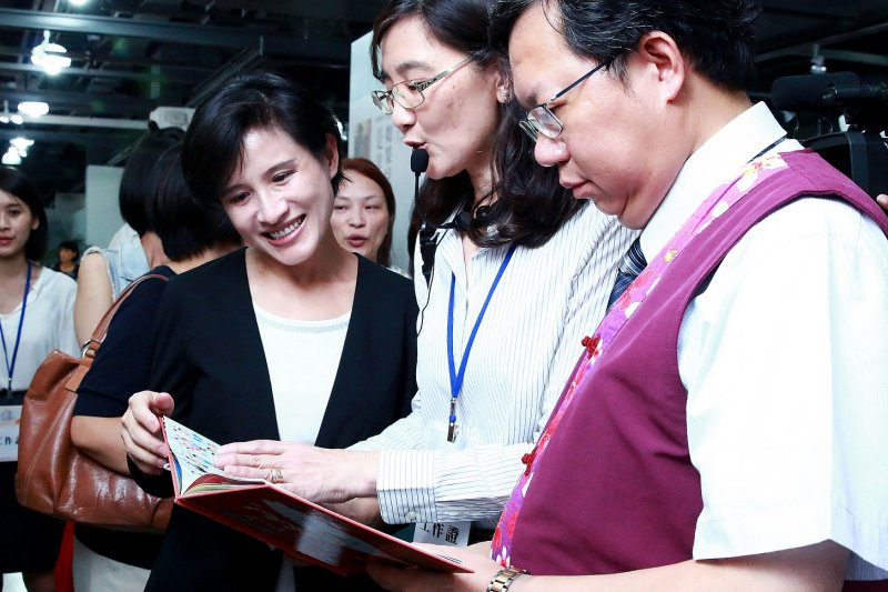 鄭部長參觀書展現場立即購書,稱讚繪本書《123到台灣》具創意又有教學意義.jpg