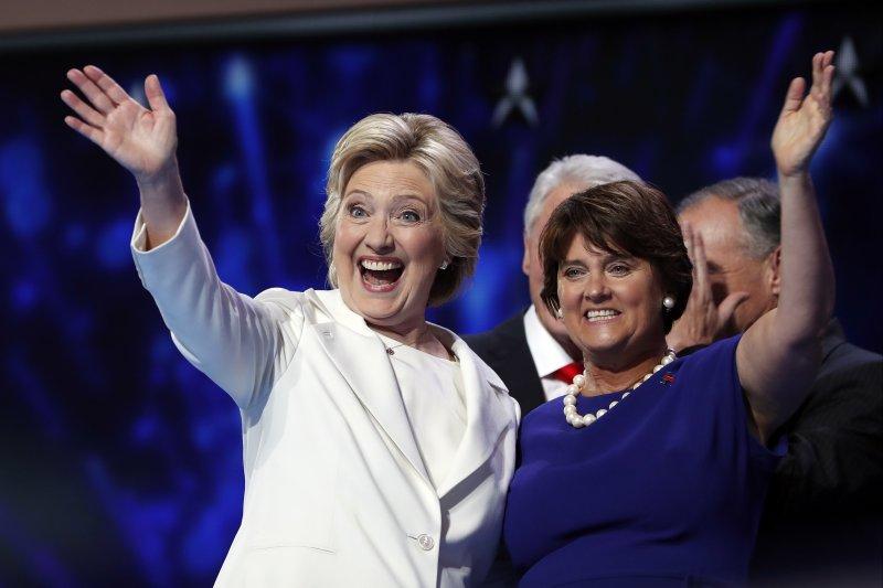 希拉蕊(Hillary Clinton,左)與副總統候選人凱因(Tim Kaine)的妻子安.霍頓(Anne Holton )(美聯社)