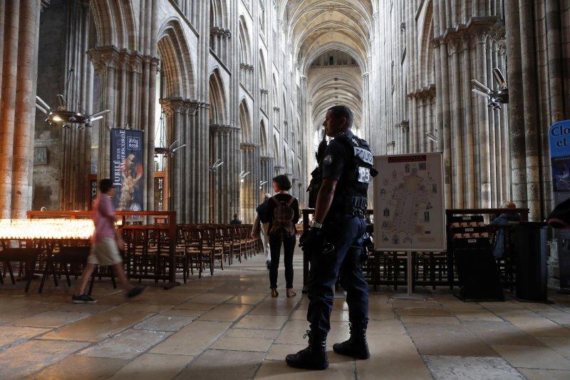 聖艾蒂安迪魯夫賴(Saint-Etienne-du-Rouvray)教堂內目前仍由警方高度戒備。(美聯社)
