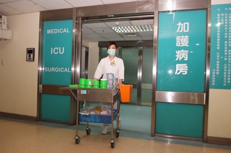 重症醫師得在加護病房衣不解帶24小時,健保才給付7、800元,換算每小時的給付額,連到便利商店買杯咖啡都不夠。(取自大里仁愛醫院網站)