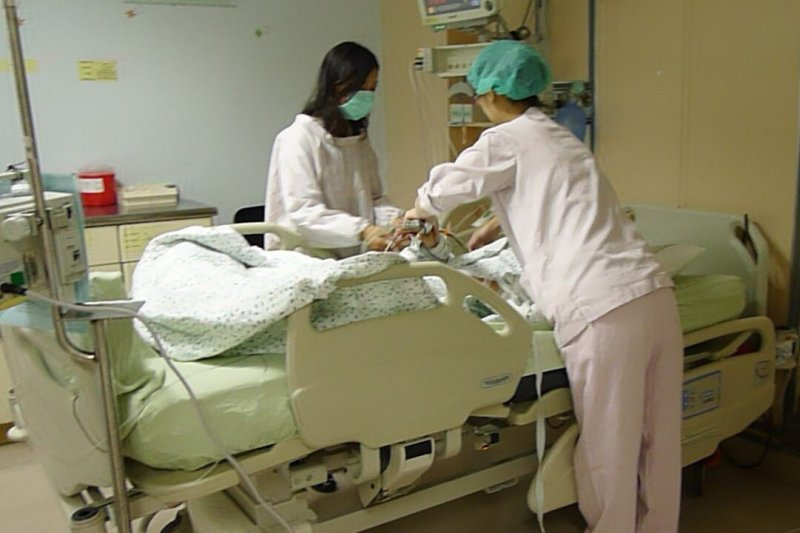 在醫學院擔任研究護理師的沈小姐認為,公務員確實可以領高一點的薪水、多一點福利,但也不應該太超過,造成勞工剝奪感。(取自衛生福利部台中醫院網站)