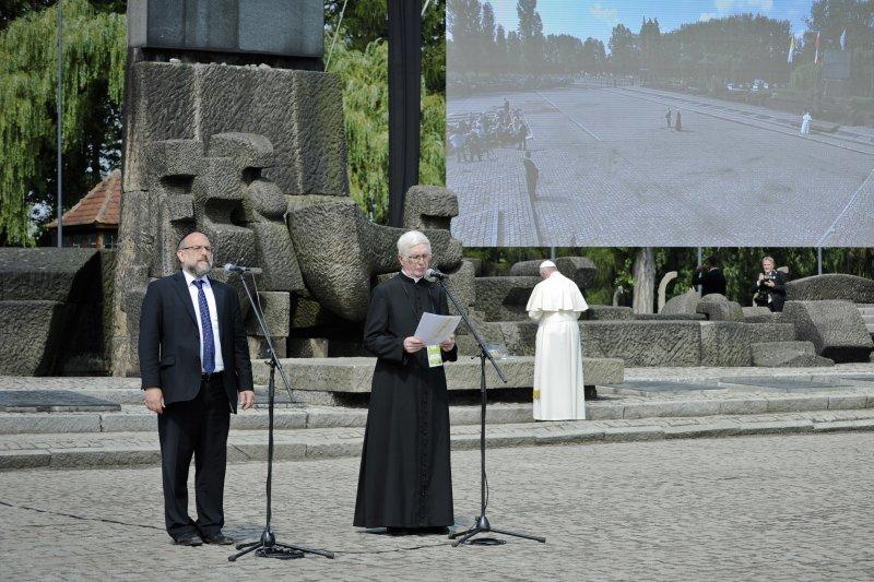 天主教教宗方濟各(Pope Francis)29日前往奧斯威辛集中營遺址,為二戰時期納粹大屠殺的逾百萬死難者默哀。(美聯社)