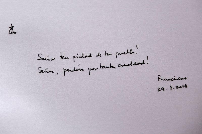 教宗在訪客簿以西班牙文寫下:「主啊,請憐憫祢的子民!主啊,請饒恕如此多的殘酷行為吧!」(美聯社)