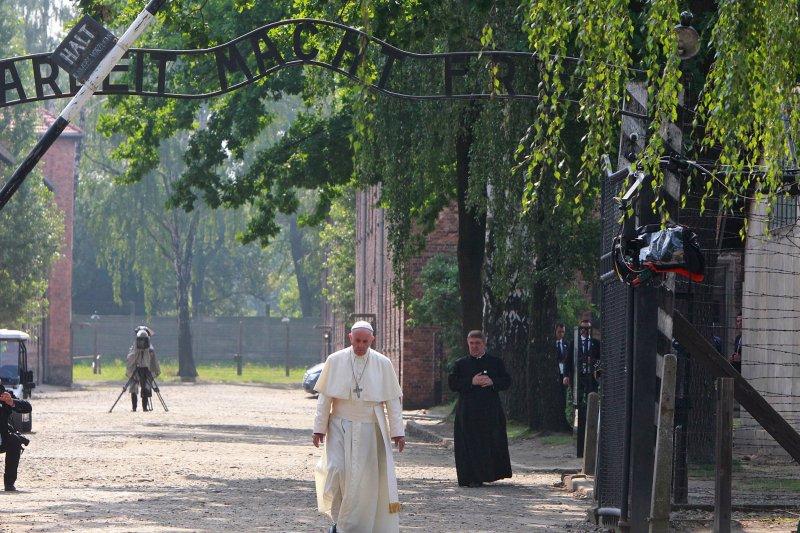 天主教教宗方濟各(Pope Francis)通過奧斯威辛集中營大門。(美聯社)