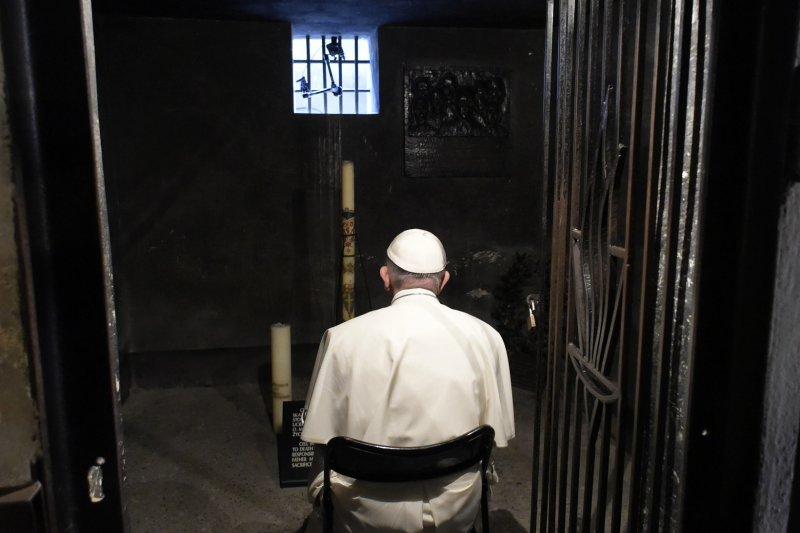 天主教教宗方濟各(Pope Francis)29日前往奧斯威辛集中營遺址,在波蘭神父麥西米蘭.柯爾比(Maximilian Kolbe)牢房裡祈禱。(美聯社)