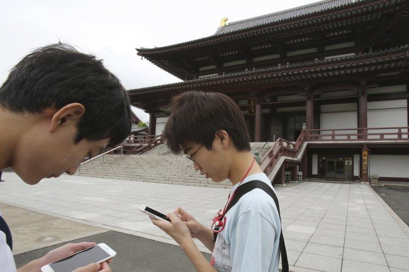 日本高中生在東京的增上寺玩Pokémon GO(美聯社)
