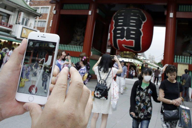 東京淺草寺著名景點雷門外也有人在玩Pokémon GO(美聯社)