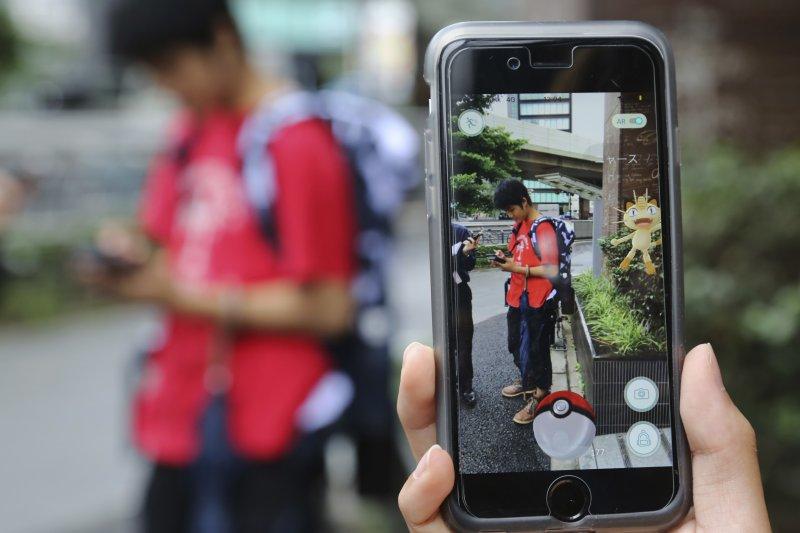 日本的年輕人在東京街頭玩Pokémon GO(美聯社)