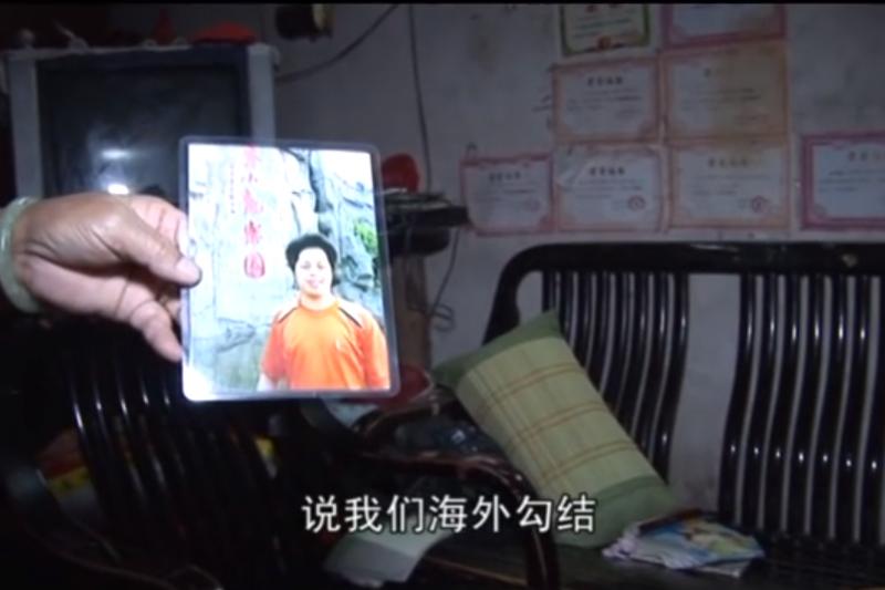 烏坎三日,莊烈宏的父親出示兒子的照片。(翻攝Youtube)