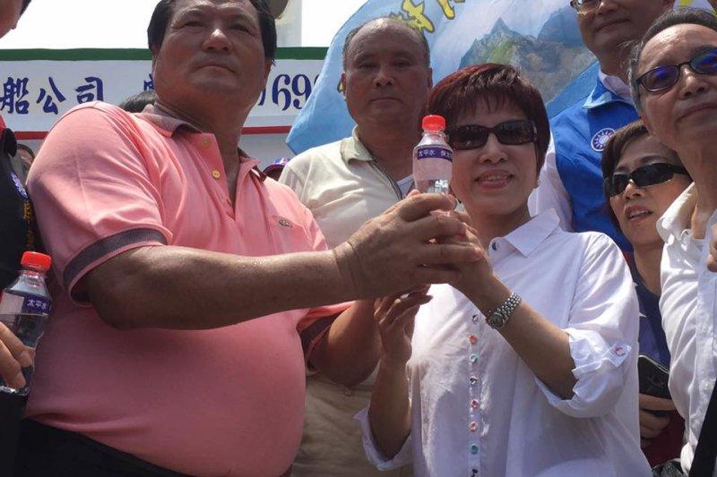 屏東漁民組成的登太平島「護主權」船隊31日靠港,國民黨主席洪秀柱到場迎接,接下「太平水」。(洪秀柱臉書)