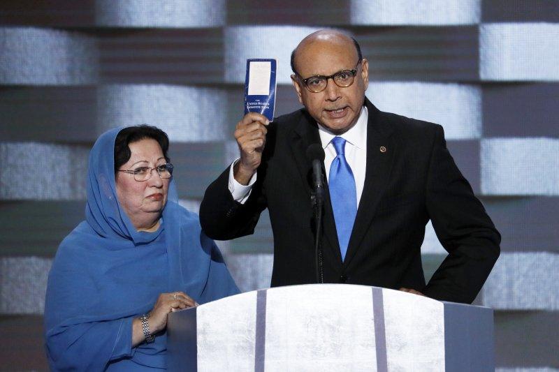 穆斯林父親吉澤爾汗(Khizr Khan)在民主黨全國大會上,要共和黨總統候選人川普讀一讀美國憲法。(美聯社)