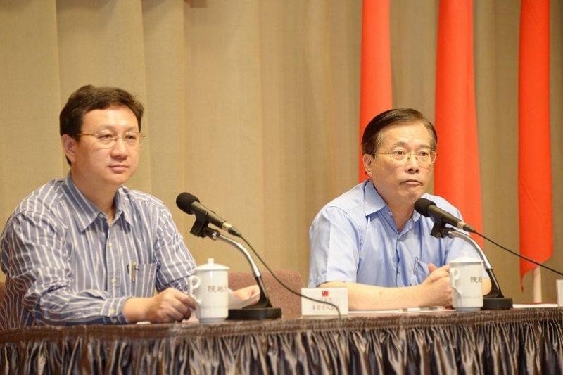 行政院發言人童振源(左)和勞動部長郭芳昱(右),7月30日間一場臨時記者會,讓「七休一」政策愈轉愈混亂。(行政院官網)