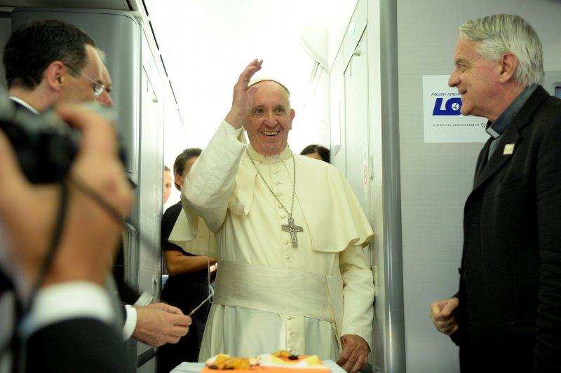教宗方濟各(Pope Francis)從波蘭飛返梵蒂岡,在專機上接受訪問(美聯社)