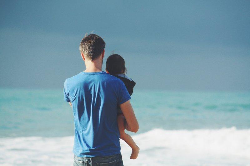 一家之主的父親,總是默默肩負起家庭,堅忍守護子女成長。(圖/Unsplash@pixabay)