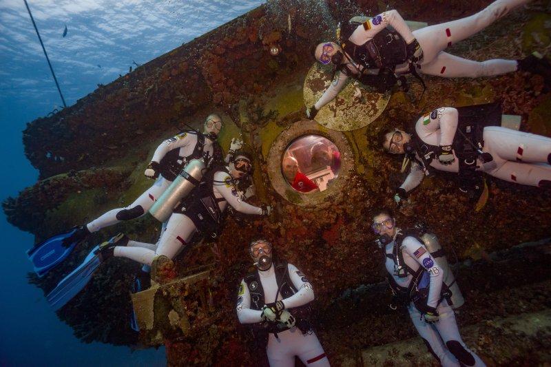 NEEMO 21太空人在水下合影。(NASA)