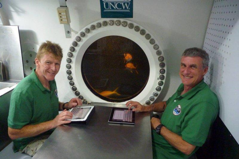 NEEMO 21 太空人在海底基地「寶瓶宮」(Aquarius)休息。(NASA)