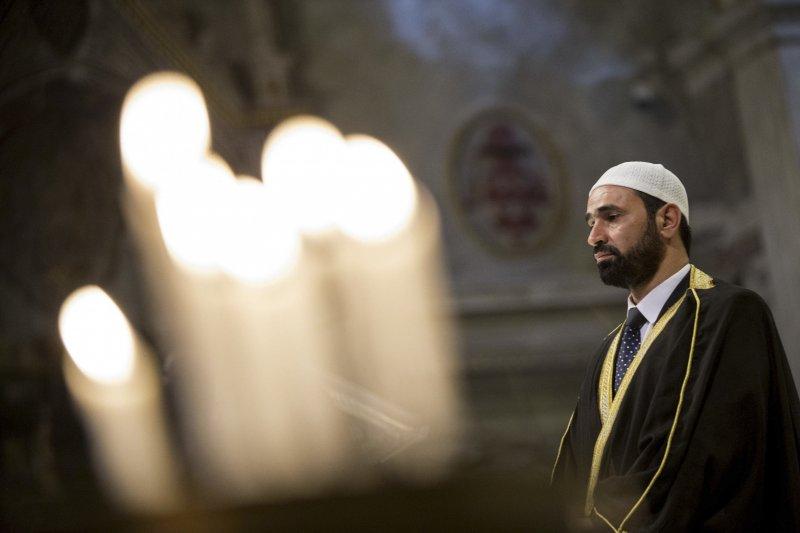義大利的穆斯林來到天主教的教堂,與天主教徒一同祈禱(美聯社)