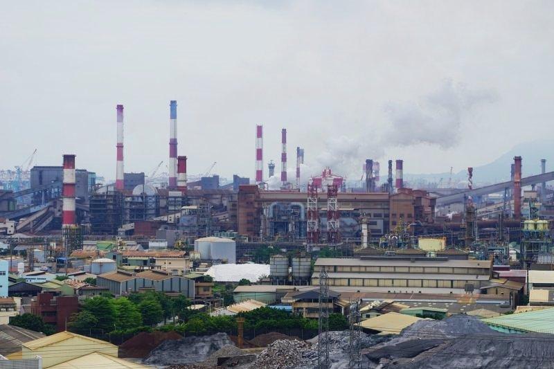 大林蒲社區與重工業的煙囪緊鄰,污染嚴重(圖片來源:傅志男攝,想想論壇提供)