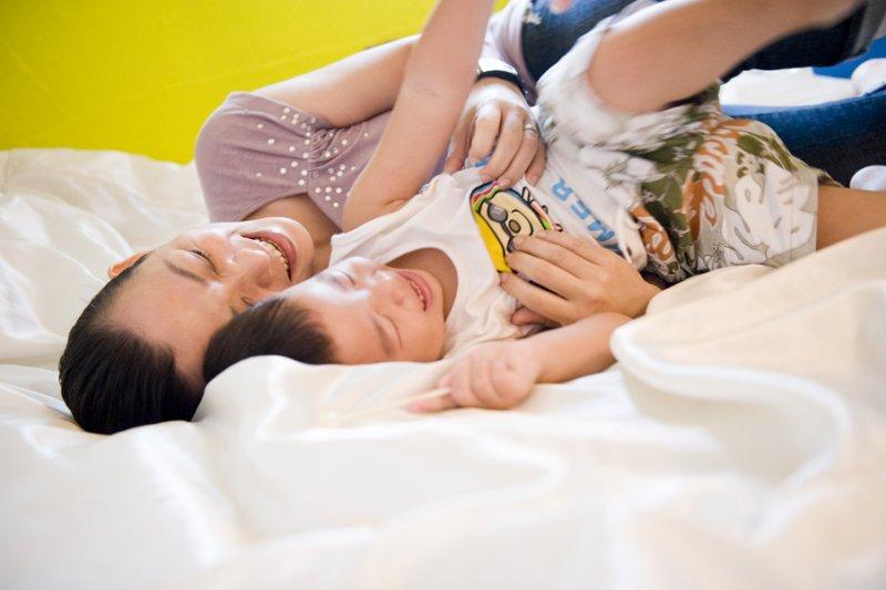 無論你的孩子是嬰兒或青少年,他們都需要感受到,他們的存在是讓你開心的。(圖/木由子攝影@flickr)