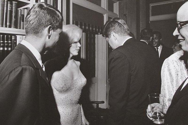 夢露(Marilyn Monroe,左二)、甘迺迪總統(John Kennedy,右二)、甘迺迪的弟弟羅伯特(Robert Kennedy,左)。(美聯社)