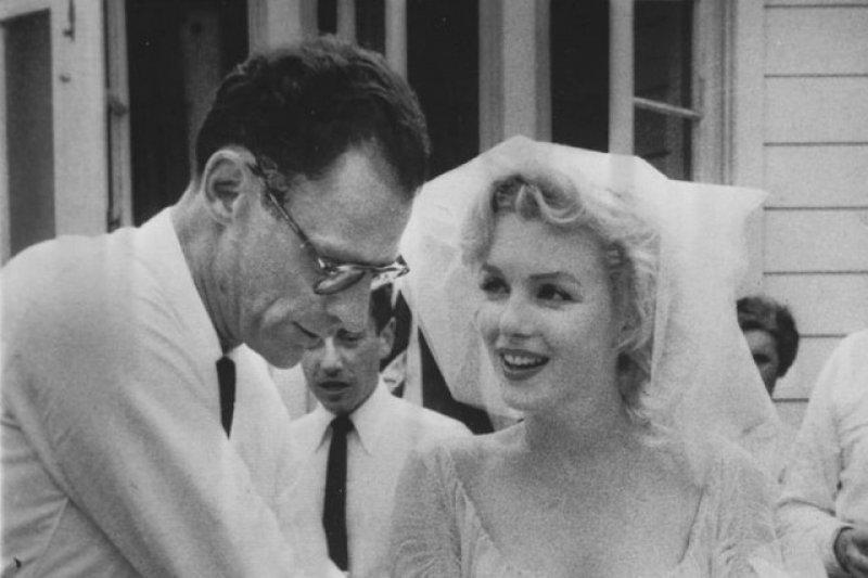 1956年6月29日,夢露與她崇拜的著名劇作家米勒(Arthur Miller)共結連理。(取自維基百科)