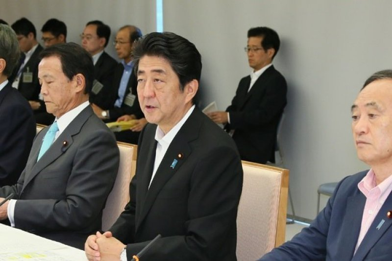 安倍晉三率內閣成員,2日在總理大臣官邸出席政策懇談會。(日本首相官邸官網)