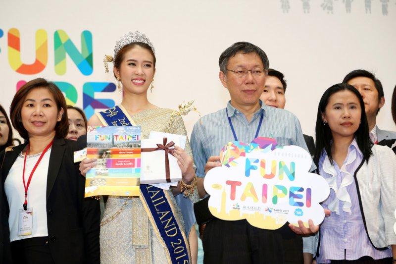 作者指出,我國與東南亞國家雙方免簽完全對等的只有新加坡與馬來西亞,同為免簽證30天,其他國家則呈現不完全對等的狀況。圖為台北市長柯文哲出席「泰國免簽首發團Welcome Party」記者會。(資料照,取自台北市政府網站)