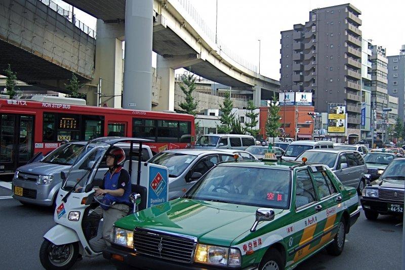 日本人連開車都不忘了道謝,創造安全的交通環境。