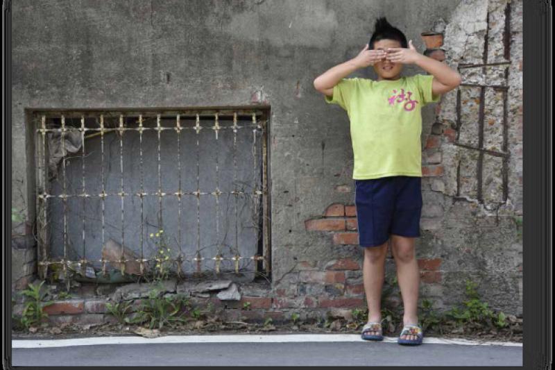 社子島很多弱勢族群的家庭是隔代教養,學生放學後無人管(攝影/陳弘岱,遠足出版提供)