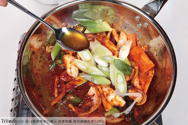 美味的辣炒魷魚,不只適合當配菜,做得豐盛一點也可以當下酒菜,放在飯上面則會成為美味的魷魚蓋飯。(圖/由TRENDY文化提供)
