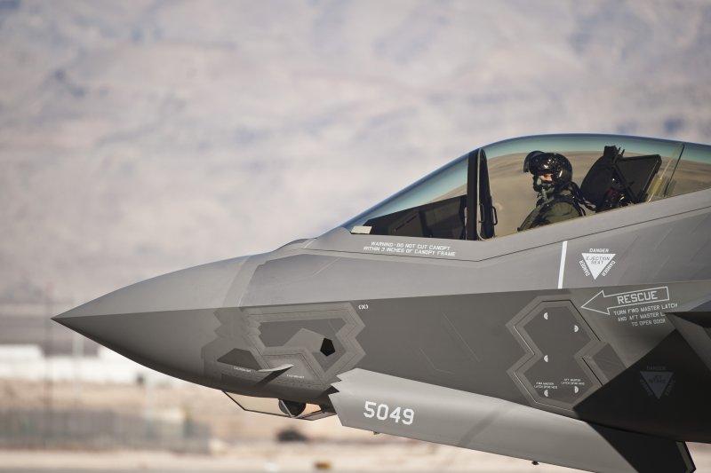台美高層戰略對話「蒙特瑞會談」上月在夏威夷舉行,我方在會談中雖向美方正式提出F-35戰機採購需求,不過美方反建議台灣先評估國防預算能否支付這項昂貴武器。圖為美國空軍F-35戰機。(資料照,取自美軍空軍網站)