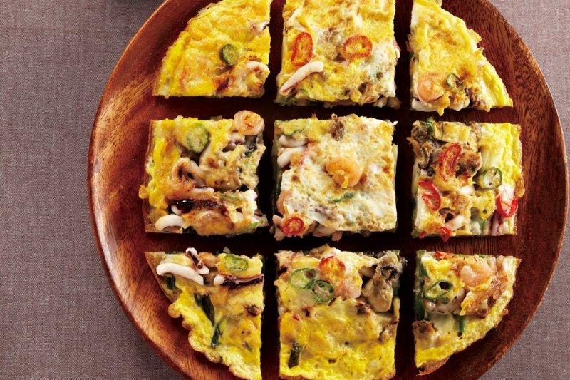 海鮮蔥煎餅源自於釜山的東萊地區,可以吃到豐富的海鮮料,在韓國是很受歡迎的下酒菜。(圖/由TRENDY文化提供)