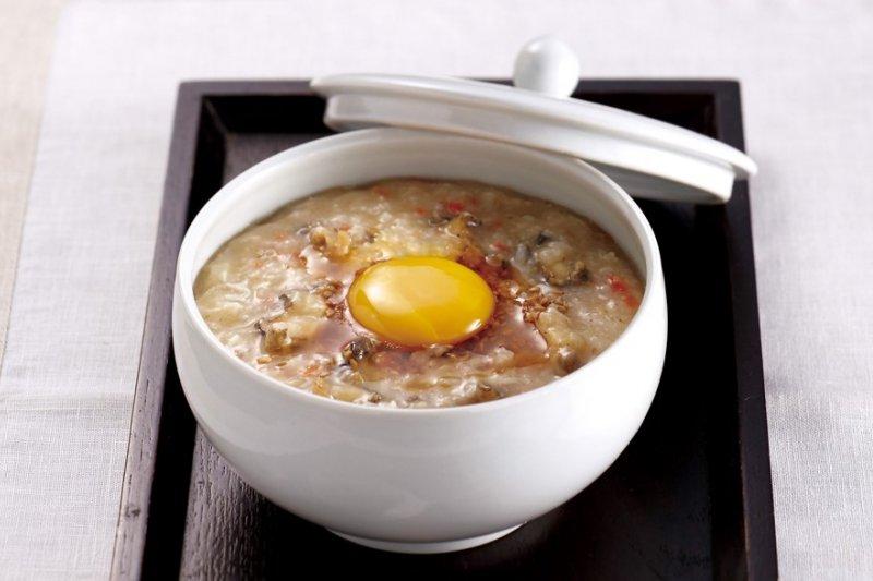 鮑魚粥是滋補身體的高級粥品,營養豐富不但能補氣也很好消化,常做為病患調養身體的餐點,也會當作填飽肚子的正餐。(圖/由TRENDY文化提供)