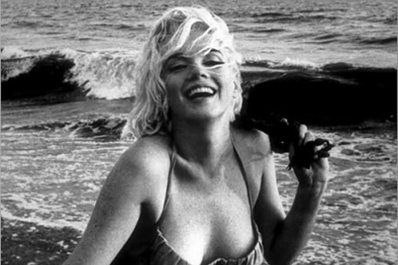 1962年7月夢露為《時尚》雜誌拍攝照片,這也是她最後拍攝的其中一張照片。(取自維基百科)
