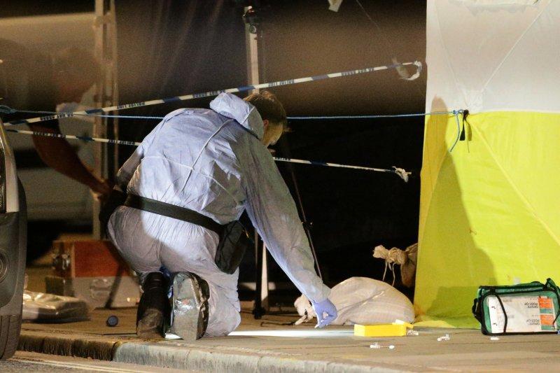 英國倫敦市中心羅素廣場3日深夜驚傳大規模砍人案,鑑識人員在現場採集證物。(美聯社)
