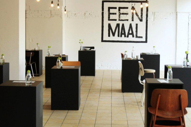 單人餐廳裡面的座位全部都是單人椅、單人桌,和單人餐具(圖/Eenmaal)