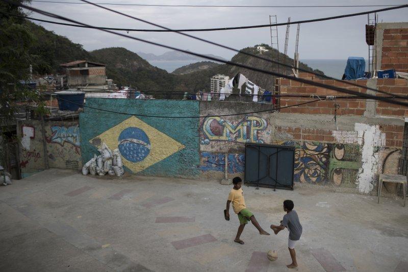 巴西里約奧運官方決定送出24萬張門票給弱勢孩童,讓他們有機會參與奧運盛會,順便補滿空蕩蕩的觀眾席。(美聯社)