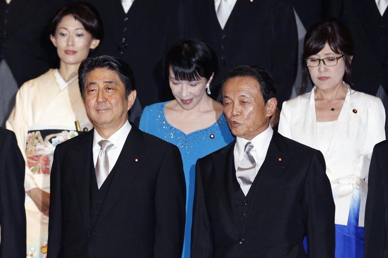 日本內閣改組,首相安倍晉三(前排左)與副首相麻生太郎(前排右)、總務相高市早苗(後排左)、奧運相丸川珠代(後排左)、防衛相稻田朋美合影(美聯社)