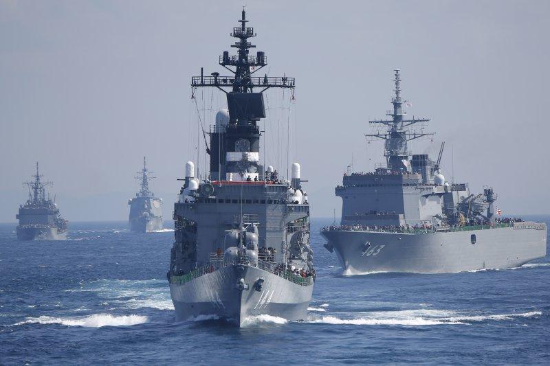 日本海上自衛隊艦隊群,為首的是白根級護衛艦「鞍馬號」(舷號144)。(美聯社)